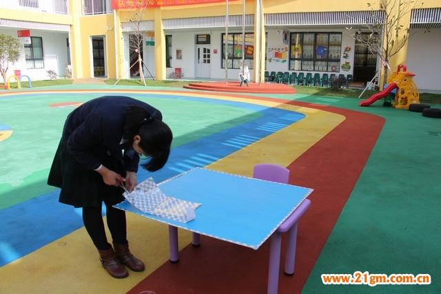 一、作品名称: 《趣味飞行棋》 二、设计意图: 幼儿园的孩子们有爱玩的天性,为了让孩子们在学习中玩,在玩的过程中学到知识,我制作了趣味飞行棋,它可以让幼儿体验与同伴一起游戏的乐趣,培养孩子们学习英语(或者数学、拼音)的积极性,也能让孩子在游戏的过程中体验到快乐。 三、制作材料: 正方形KT板1个 正方形泡沫若干个 即时贴 双面胶 红色、紫色、绿色、黄色海绵纸若干张 剪刀 四、制作过程: 1、棋盘的制作: 1)四种不同颜色的海绵纸剪成合适大小的方块,分别剪成正方形、三角形以及长方形的方块若干。 2)根据飞行