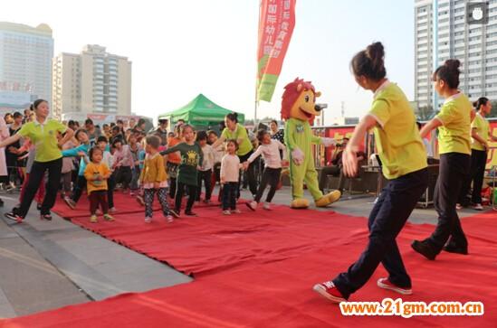 热烈的气氛,精彩的节目让小朋友和家长们充分感受到南阳伟才幼儿园大家庭的和谐与美好,共同分享着节日的喜庆。而对香港伟才国际教育集团旗下的加盟幼儿园全体老师来说,孩子是祖国的未来和希望,让所有孩子快乐幸福地成长,是伟才的愿望,也是伟才老师的使命!我们期盼着,笑容与歌声永伴他们一生!