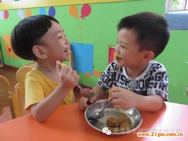 """老师们还组织孩子开展折""""龙舟"""",折""""粽子""""等手工活动,并将自己折"""
