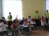 6.15  亲子活动中家长们积极参与互动